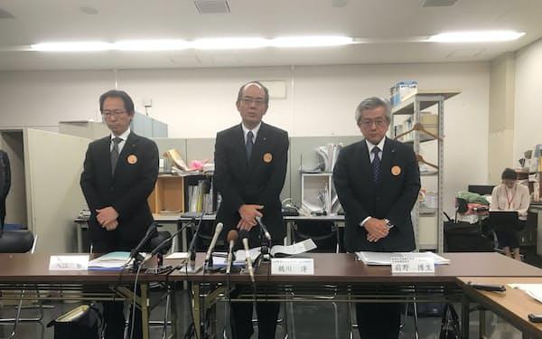 記者会見した池田泉州銀の鵜川淳頭取(中央、大阪市)