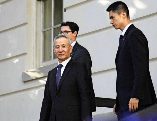 米通商代表部を出る中国の劉鶴副首相(左)=10日、ワシントン(共同)