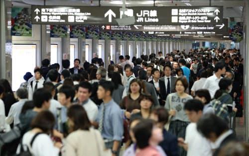 翌日の計画運休を前に混雑するJR名古屋駅の構内(11日)