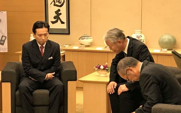 佐賀県の山口祥義知事(左)に謝罪する佐賀鉄工所の坂田潤一社長(右から2人目)