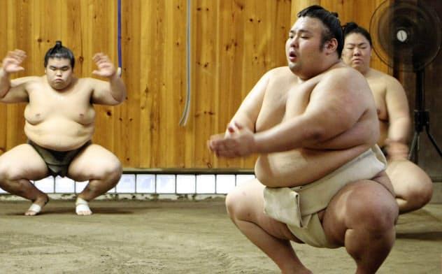 土俵での稽古を再開した貴景勝(11日、東京都台東区の千賀ノ浦部屋)=共同