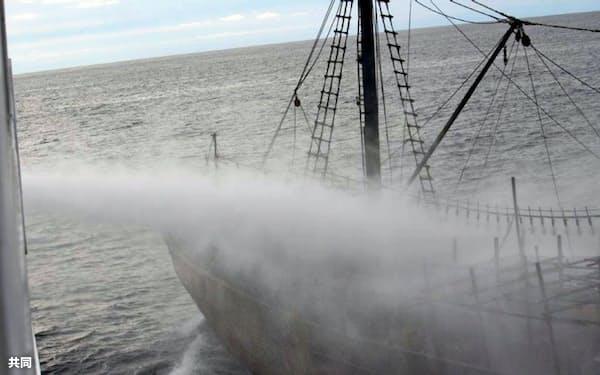 衝突前に水産庁の漁業取締船から放水を受ける北朝鮮漁船(7日、同庁提供)=共同