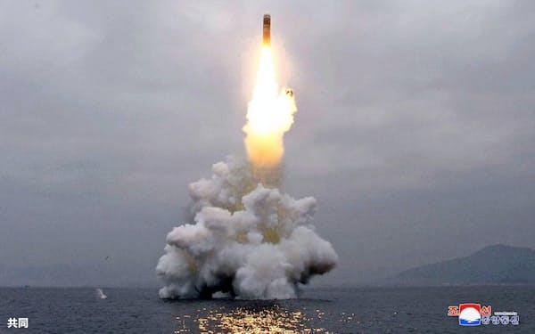 北朝鮮の国防科学院が東部の元山湾で2日行った新型の潜水艦発射弾道ミサイル「北極星3」型の発射実験。朝鮮中央通信が報じた(朝鮮通信=共同)