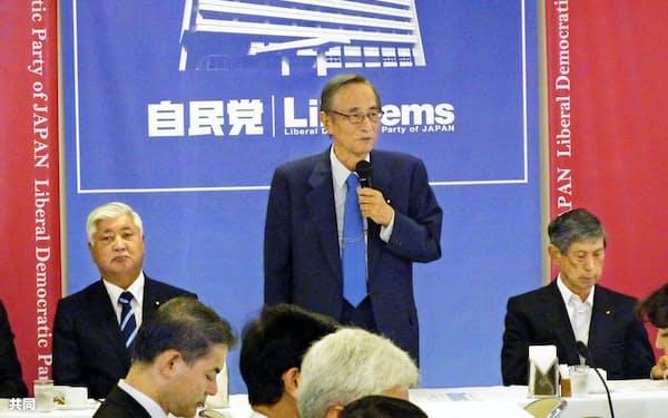 新体制での初会合であいさつする細田本部長(11日、自民党本部)=共同