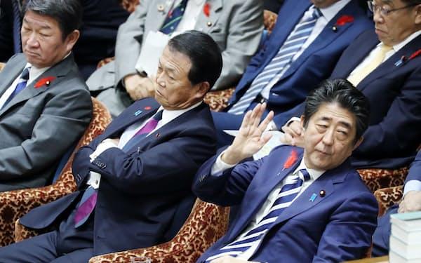 答弁のため挙手する安倍首相