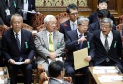(左から)NHKの上田良一会長、石原進経営委員長、日本郵便の横山邦男社長、日本郵政の鈴木康雄上級副社長