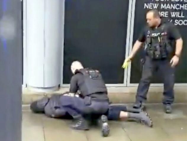 英中部マンチェスターで地元警察11日、刃物による襲撃事件で刺したとみられる男をテロ行為の容疑で逮捕した=AP