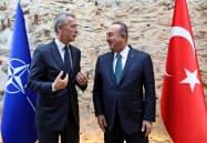 11日、イスタンブールを訪れたNATOのストルテンベルグ事務総長(左)と会談したチャブシオール外相=ロイター
