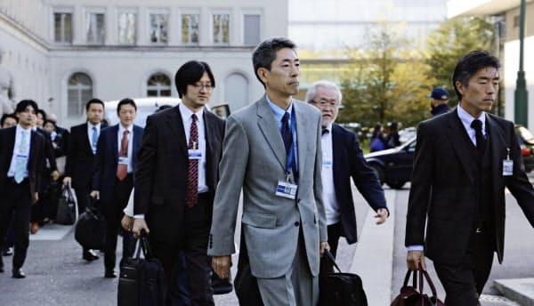 韓国との2国間協議のため、会場に向かう日本政府当局者(11日、ジュネーブのWTO本部)=共同