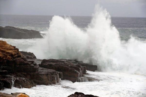 台風19号が近づく和歌山県白浜町の千畳敷に打ち寄せる波(11日午後)=共同