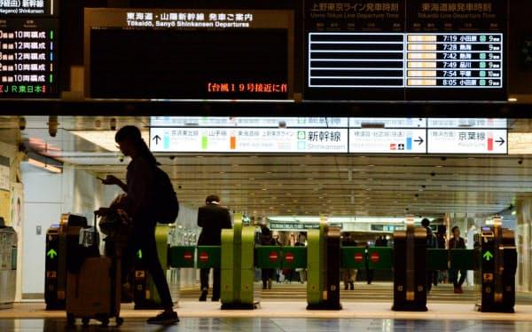 台風19号の影響で、閑散とするJR東京駅(12日午前)