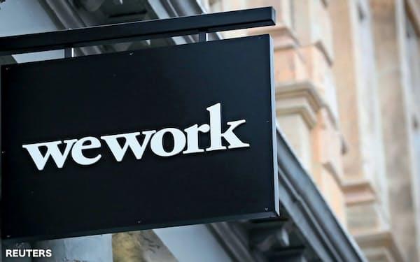 シェアオフィス「WeWork」を運営するウィーカンパニーは上場延期により、格下げが相次いだ=ロイター