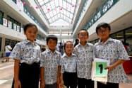 12日、ジャカルタ日本人学校で50周年記念の「バティック」を着る児童