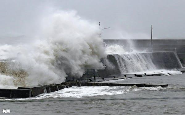 台風19号の影響で千葉県館山市の海岸に打ち寄せる高波(12日午後2時53分)=共同