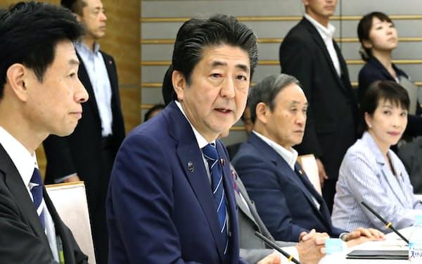 全世代型社会保障検討会議の初会合であいさつする安倍首相(9月20日、首相官邸)