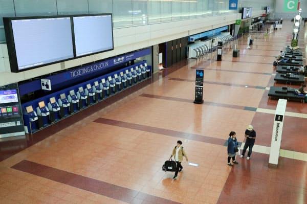 多くの便が欠航し、閑散とした羽田空港の出発ロビー(12日)