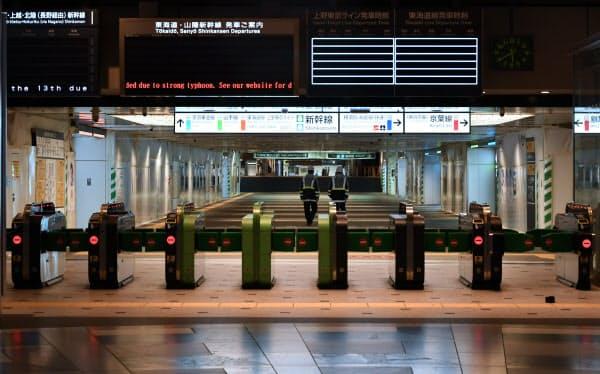 計画運休で閉鎖されたJR東京駅の改札(12日夜)
