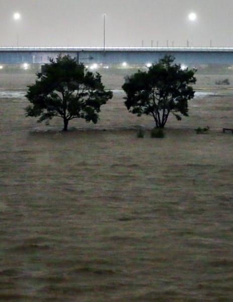 台風19号の影響で増水した多摩川(12日夜、川崎市高津区)