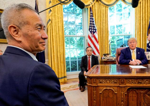 トランプ米大統領(右)は中国の劉鶴副首相と会談し、部分的な合意を決断した=ロイター