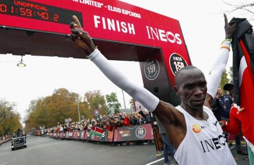 特別レースで非公認ながら、マラソン史上初となる2時間切りを達成した男子マラソンの世界記録保持者のエリウド・キプチョゲ(12日、ウィーン)=ロイター
