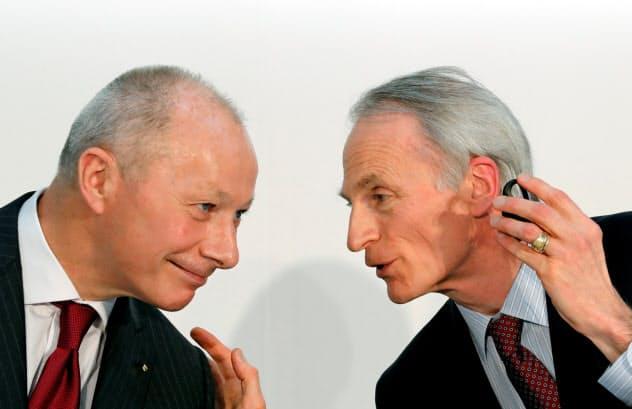 ボロレ前CEO(左)とスナール会長(右)の関係は当初良好だった(3月)=ロイター