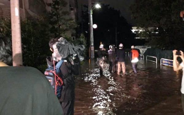 多摩川が氾濫し、道路が冠水した住宅街(12日夜、東京・世田谷)