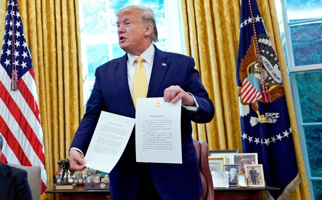 11日、ホワイトハウスで習近平中国国家主席からの手紙を披露するトランプ米大統領=ロイター