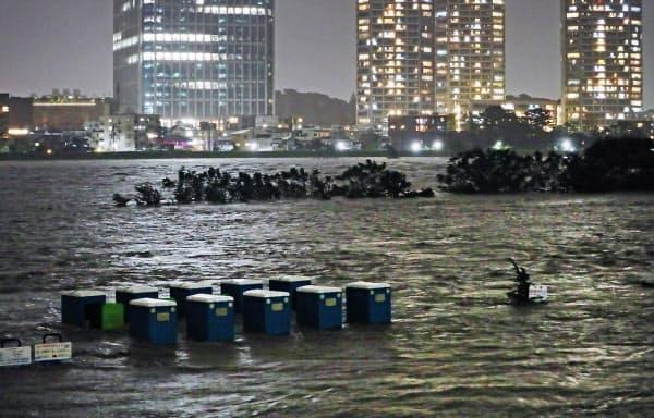 台風19号の影響で増水した多摩川(12日、東京都世田谷区)