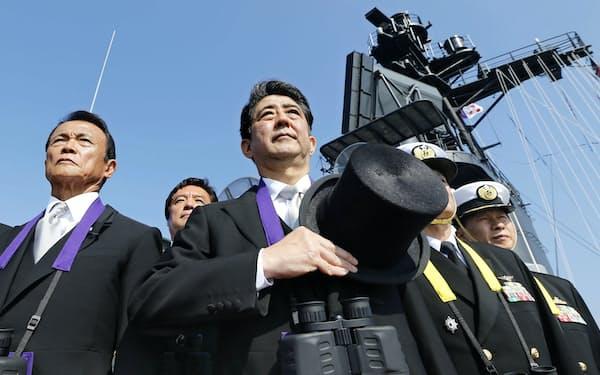 前回2015年10月の観艦式で、護衛艦「くらま」艦上から観閲する安倍首相(中央)(神奈川県沖の相模湾)