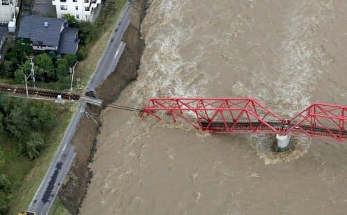 台風19号で崩落した、千曲川に架かる上田電鉄別所線の橋(13日午前、長野県上田市=共同