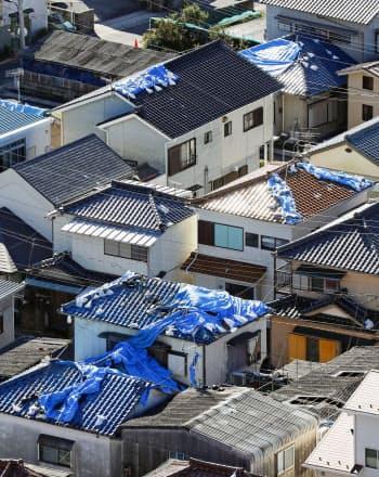 台風19号の暴風雨で剥がれ落ちた屋根のブルーシート(13日午前、千葉県鋸南町)=共同