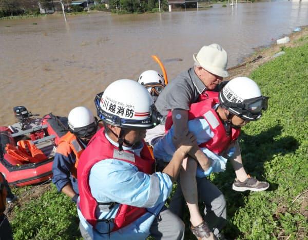 孤立した老人ホームから救助される高齢者(13日、埼玉県川越市)=横沢太郎撮影
