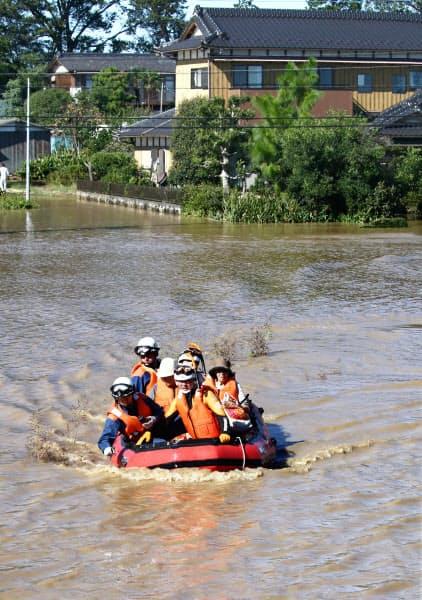 川が氾濫し、孤立した老人ホームから救助される高齢者(13日、埼玉県川越市)=横沢太郎撮影