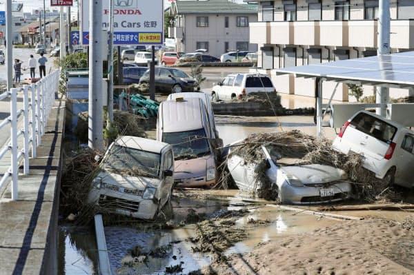 秋山川の氾濫で流され、折り重なった自動車(13日、栃木県佐野市)=共同