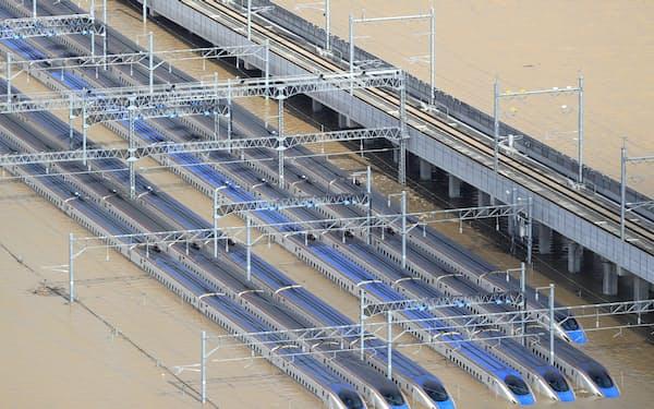 浸水した車両基地に並ぶ北陸新幹線の車両(13日、長野市)=小高顕撮影