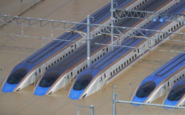 浸水した車両基地に並ぶ新幹線の車両(13日、長野市)=小高顕撮影