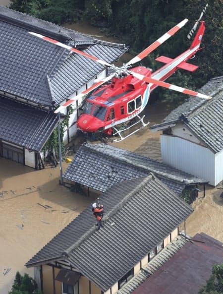 孤立した人たちを救出するヘリコプター(13日、長野市)=小高顕撮影