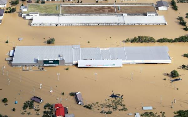 千曲川の堤防が決壊し、冠水したショッピングモール(13日、長野市)