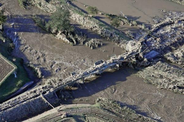 JR水郡線の磐城浅川―里白石駅間で久慈川に架かる鉄橋。流木や土砂が絡みついていた(13日、福島県浅川町)=共同