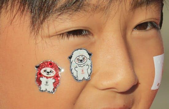公式マスコット「レンジー」のシールを顔に貼った子どもの姿も