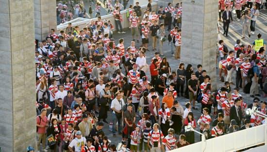 スタジアムの開場を待つ人たち