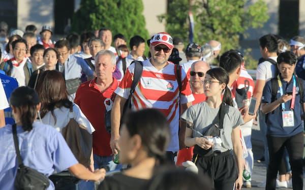 日本―スコットランド戦の観戦のため横浜国際総合競技場を訪れたファン(13日、横浜市)