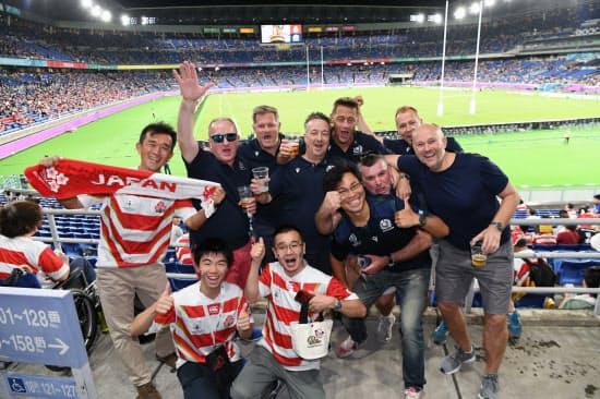 試合前、スタンドで盛り上がる日本とスコットランドのファン