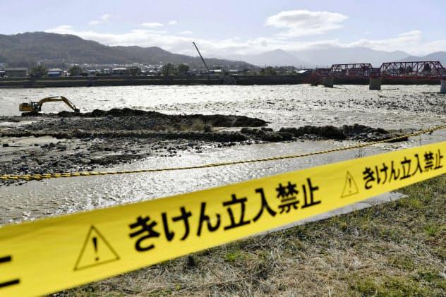 氾濫で立ち入りが禁止された千曲川の河川敷(13日、長野県上田市)