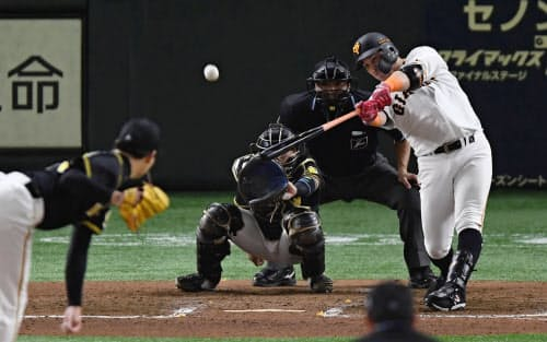 7回巨人1死一塁、ゲレーロが右中間に2ランを放つ。投手岩崎、捕手梅野(13日、東京ドーム)=共同
