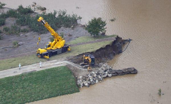 決壊した千曲川の堤防で行われる修復作業(13日、長野市)=小高顕撮影