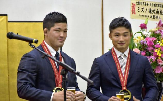 今夏の柔道世界選手権で優勝し、祝賀会に出席した大野将平(左)と丸山城志郎(13日、奈良県天理市)=共同