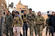 シリア北東部で、クルド人主体の民兵組織「シリア民主軍」と警戒に当たる米兵(ロイター=共同)