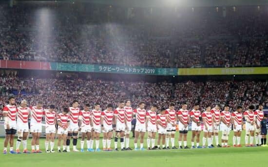 試合前、台風19号の犠牲者を悼み黙とうする日本代表
