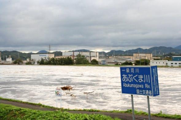 阿武隈川の対岸が郡山中央工業団地。左奥の白い建物はパナソニックの工場(13日午前、福島県郡山市の中央大橋)